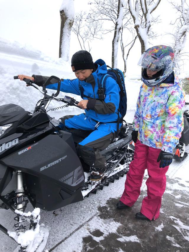 画像5: 前輪がスキー板で後輪がベルト上のトラックと呼ばれるもので、バイクらしい見た目はシートとハンドルぐらいですか……?
