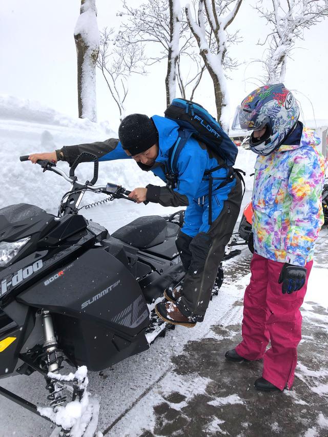 画像6: 前輪がスキー板で後輪がベルト上のトラックと呼ばれるもので、バイクらしい見た目はシートとハンドルぐらいですか……?