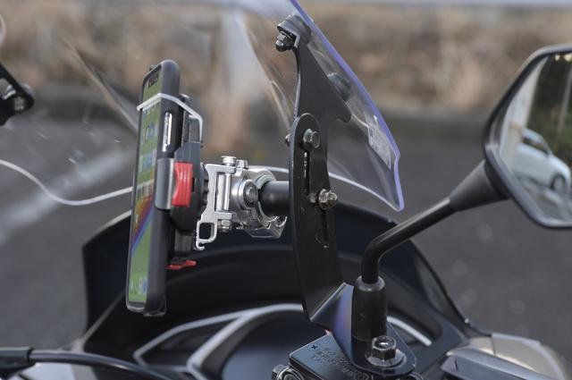 画像: 付属のマルチバーを使用すれば、スマホのホルダーも簡単に装着できる。