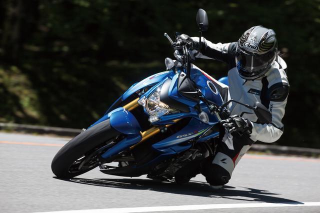 画像: エンジンと車体はSSモデルのようなタッチで、走りの世界に誘惑する。ただ、それに乗せられてペースを上げ過ぎると、足回りが先に音を上げる。減衰が追いつかず、弾かれるような挙動が出やすくなる。それまでは頼もしく強い紳士…そんなバイクだ。クセがなく、扱いやすいハンドリングが魅力で、乗り手を選ばない。