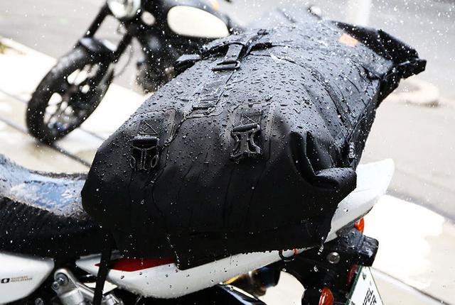 画像: 目的地まで荷物は絶対濡らさない。大容量60リットル、全天候型ツーリングギア。