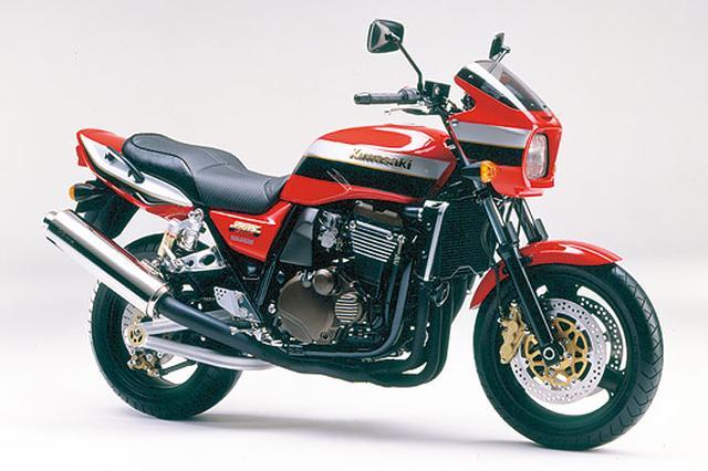画像: KAWASAKI ZRX1200R(2001/3) ローソンレプリカ風のスタイルや豪快な走りで人気のZRX1100がモデルチェンジ。排気量を1164ccにアップし、メッキシリンダーなどを採用した新型エンジンを搭載。フレームの改良や、楕円断面トラススイングアーム採用など、車体も大きく変更されているが、特徴的なスタイルはそのまま。 ●水冷4ストDOHC4バルブ並列4気筒●1164cc●100PS/8000pm●10.4kg-m/6000rpm●223kg●120/70ZR17・180/55ZR17●96万円