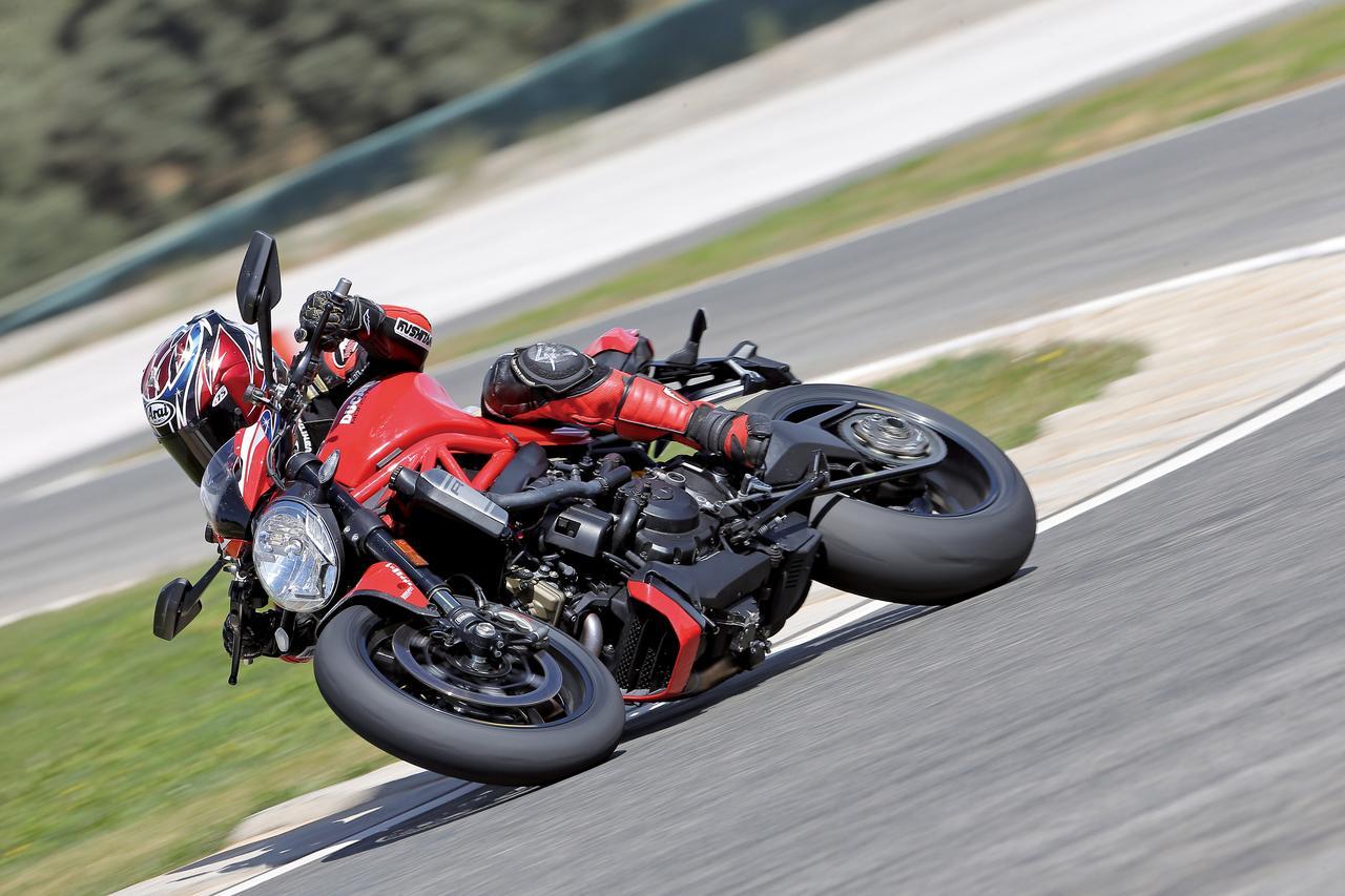 """Images : 1番目の画像 - 「史上最強160HP!かつてない""""強心臓""""のモンスター、発進!【DUCATI Monster1200R】(2015年)」のアルバム - webオートバイ"""