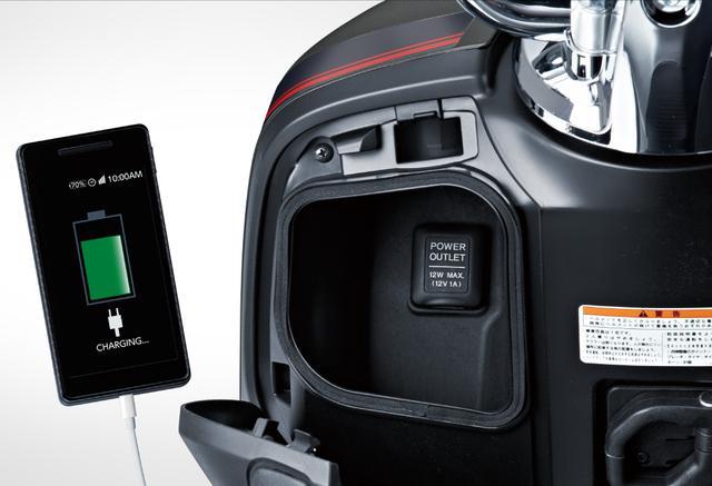画像: アクセサリーソケットを備えたフタ付き小物入れが嬉しい装備。フロント左側のグローブボックスでスマホの充電ができます。