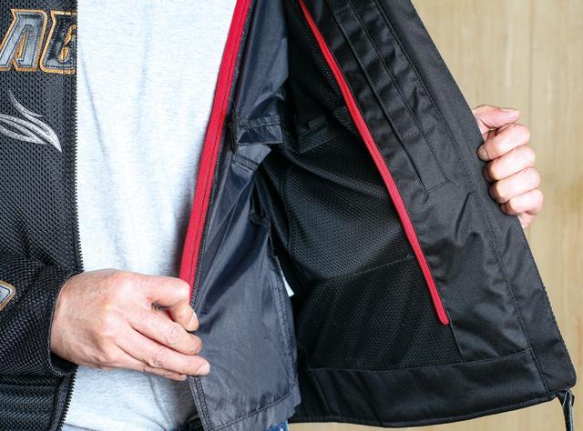 画像: 防風インナージャケットはファスナーで簡単に着脱できる。インナージャケットを着けたまま内ポケットを使える配慮も嬉しいところ。