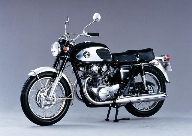 画像: HONDA DREAM CB450(1965/7) 当時スポーツバイクの最高峰だった650ccクラスの英国車に対抗すべく開発された。エンジンの排気量は450ccと小さかったが、それを補うため当時市販車では珍しかったGPレーサー譲りのDOHCを採用した。輸出用180度クランクのタイプⅠと、国内用360度クランクのタイプⅡが存在する。 ●空冷4ストDOHC2バルブ並列2気筒●444cc●43PS/8500rpm●3.82kg-m/7250rpm●187kg●3.25-18・3.50-18●26万8000円