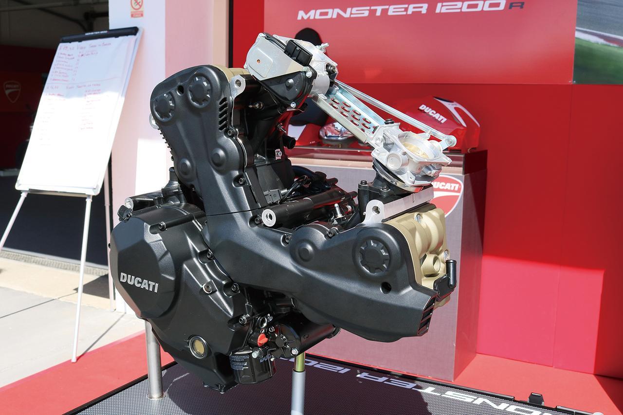 """Images : 6番目の画像 - 「史上最強160HP!かつてない""""強心臓""""のモンスター、発進!【DUCATI Monster1200R】(2015年)」のアルバム - webオートバイ"""