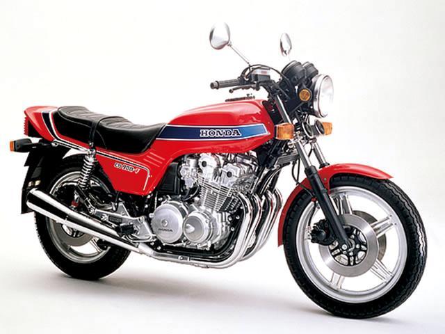 画像: HONDA CB900F(1978) 70年代後半、世界中の耐久レースで無敵を誇った耐久レーサー・RCBのノウハウを市販車にフィードバックした、CB750FOURに代わる新世代スーパースポーツ。DOHC直4エンジンは4バルブヘッドを与えられ、リッター100PSを軽々オーバーする高性能なもの。流麗なラインで構成されたデザインも印象的だった。 ●空冷4ストDOHC4バルブ並列4気筒●901cc●95PS/9000rpm●7.9kg-m/8000rpm●232kg(乾)●3.25-19・4.00-18●輸出車