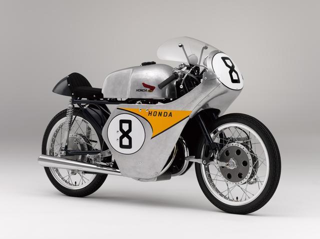 画像: HONDA RC142(1959) 当時世界選手権ロードレースの1戦であった、もっともメジャーなレースである「マン島TTレース」。ホンダが1959年に出場した際の記念すべきマシンだ。6速ギアを組み合わせる4スト2気筒124ccエンジンを搭載するこのRC142はDOHCのベベルギア駆動で、18PS以上を発揮。初挑戦でメーカーチーム賞を受賞し、その後の世界選手権フル参戦への礎を築いた。写真は谷口尚巳選手のライディングで6位に入った8番車。 ●空冷4ストDOHCベベルギア駆動並列2気筒●124cc●18PS以上●NA●87kg●NA