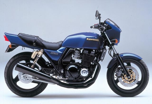 画像: KAWASAKI ZRX(1994/2) 81年のE・ローソンによるAMAスーパーバイクチャンピオン獲得を記念したローソンレプリカ・Z1000Rのイメージを再現したネイキッドスポーツ。ZZR400をベースとする水冷4ストDOHC4バルブエンジンを新設計のダブルクレードルフレーム、φ41mm正立フォークとタンク別体リアサスが組み合わされる。 ●水冷4ストDOHC4バルブ並列4気筒●399cc●53PS/11000rpm●3.8㎏-m/9000rpm●185㎏●110/80-17・150/70-18●59万9000円