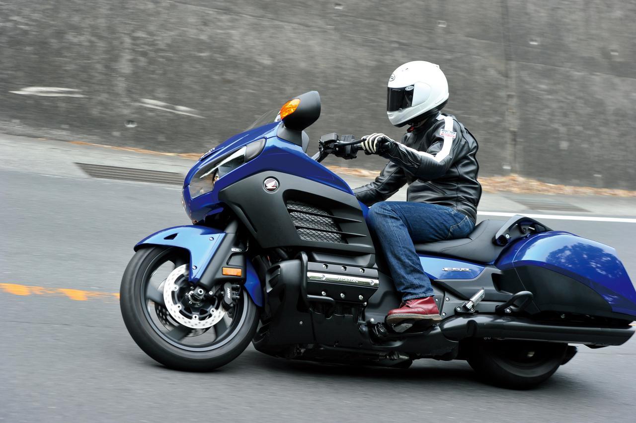 Images : 1番目の画像 - 「ロー&ロングの強烈な存在感!【HONDA GOLDWING】(2015年)」のアルバム - webオートバイ