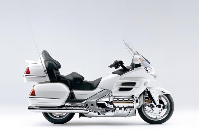 画像: HONDA GOLDWING 30周年記念モデル(2005) ゴールドウイングの販売開始30周年記念車。専用エンブレムをボディ各部とキーヘッドに装着。発光タイプのスイッチ、ロングスクリーンも装備。 ●水冷4ストOHC2バルブ水平対向6気筒●1832cc●109PS/5500rpm●16.4kg-m/4000rpm●418kg●130/70R18・180/60R16●315万円