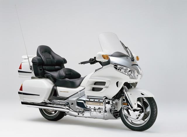 画像: HONDA GOLDWING(2001) 排気量を拡大した新設計のエンジンを搭載。アルミフレームも新設計で、ライディングポジションの最適化などにより、取り回ししやすく軽快な走りを実現。防風性能の高いボディ、豪華装備もさらに進化している。 ●水冷4ストOHC2バルブ水平対向6気筒●1832cc●116PS/5500rpm●17.0kg-m/4000rpm●415kg●130/70R18・180/60R16●300万円