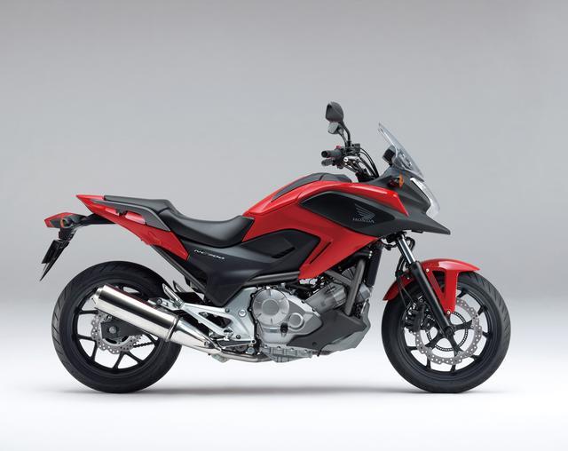 画像: HONDA NC700X タイプLD/ABS/デュアルクラッチトランスミッション<ABS>(2012) NC700XにNC700Sのサスペンションを装着し、シート高を下げ取り回しやすくしたモデル。ノーマル、ABS、DCTのいずれでも選択できる。 ●水冷4ストOHC4バルブ並列2気筒●669cc●50PS/6250rpm●6.2kg-m/4750rpm●214kg(218kg/ABS、228kg/DCT)●120/70ZR17・160/60ZR17●64万9950円(69万9300円/ABS、75万2850円/DCT ABS)