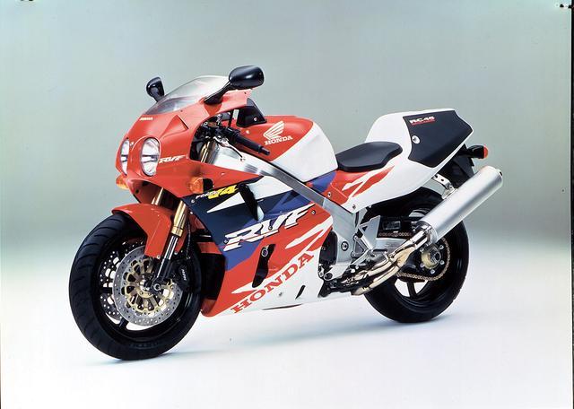 画像: HONDA RVF/RC45(1994/1) RC30の後継となる、スーパーバイクレースのホモロゲーション取得用マシン。ワールドスーパーバイク選手権や全日本選手権、鈴鹿8耐などで無敵の強さを誇った。1994年8月〜10月の予約制・期間限定生産モデル。 ●水冷4ストDOHC4バルブV型4気筒●749cc●77PS/11500rpm●5.7kg-m/7000rpm●189kg●130/70ZR17・190/50ZR17●200万円