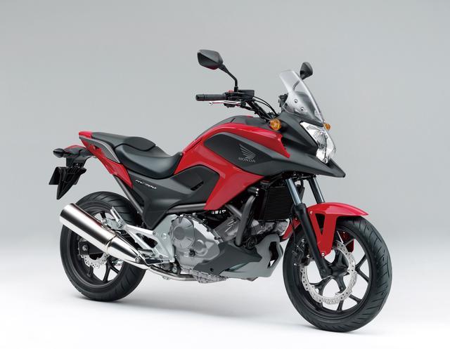 画像: HONDA NC700X(2012) 新時代のスポーツバイクとして提案するニューミッドコンセプトシリーズの第1弾。低重心な車体や低速トルク重視のエンジンはシリーズ全車で基本的に共通だが、長距離走行時の快適性・実用性を重視したスタイルや足まわりを与えることで、アドベンチャーツアラー的な性格を持つモデルとなった。 ●水冷4ストOHC4バルブ並列2気筒●669cc●50PS/6250rpm●6.2kg-m/4750rpm●214kg(218kg)●120/70ZR17・160/60ZR17●64万9950円(69万9300円)※( )内はABS仕様