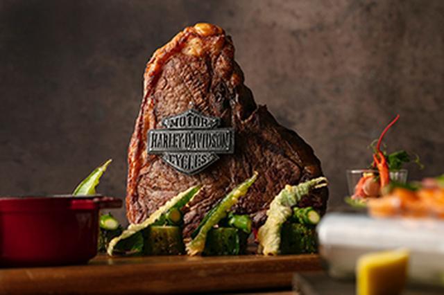画像: ハーレーダビッドソンのツーリングモデル「ウルトラ」を上から見た形がTボーンに似ていることからインスパイアされた一品。シェアして食べるワイルドなTボーンステーキ。