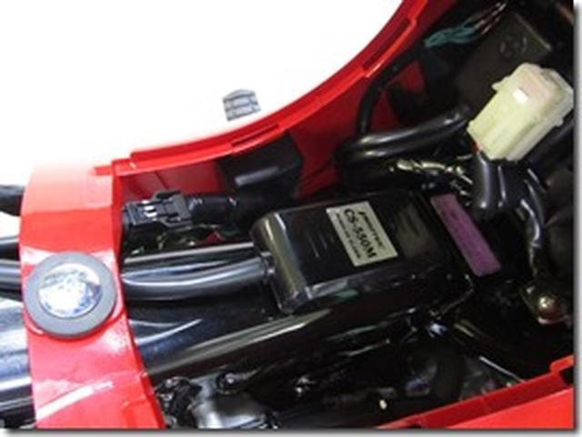 画像: センサーとスピーカーはバッテリー付近に取り付ける。('12~スーパーカブ110/50、'13~クロスカブ110/50)