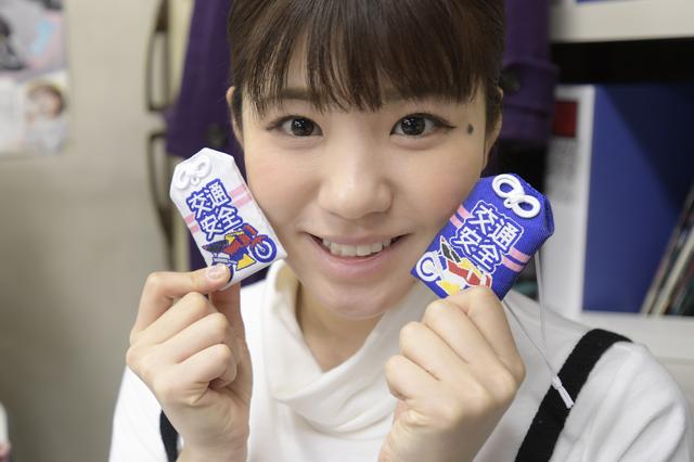 画像: 梅本まどかさんが持っているのは、初公開となる女子部のお守り。大阪&東京モーターサイクルショーから発売開始予定です。
