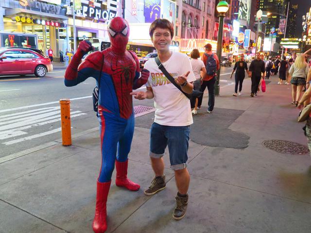 画像: ニューヨークのタイムズスクエア。アメリカ単独一人旅のときの写真です。よくわからずスパイダーマンにからまれ、写真を撮ってもらったまではいいですが、しっかりチップも持っていかれました。後日、同じ場所で本気のカツアゲにも合います(泣)。