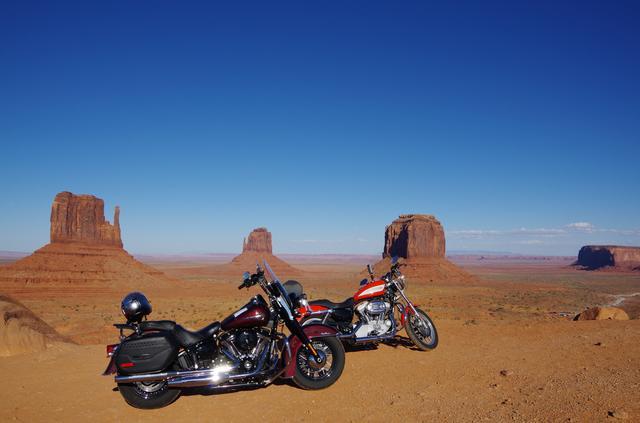画像: アメリカ、モニュメントバレー。僕も行きましたが、赤色の土と青の空、このコントラストは忘れられません。