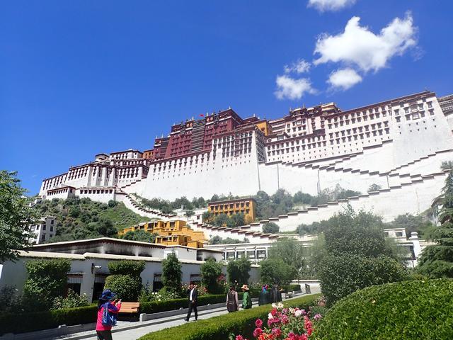 画像: チベットの古都ラサ。新彊シルクロードのツアーはここから始まります。