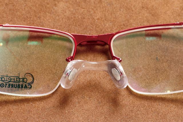 画像: バイクメガネは片眼ごとに矯正した後に、遠近感の把握に必要な両眼での深視力、前後方向の動体視力を検査