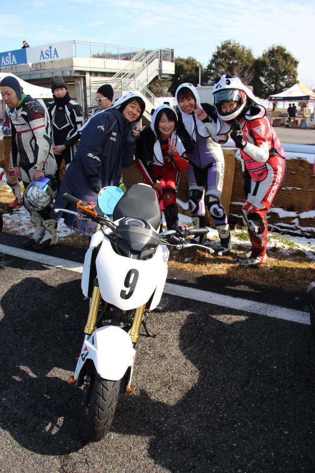 画像: 「MINQ」の由来は、Michiyo(左)、I(右)、Nobuko(左から二番目)、Qumi(右から二番目)の頭文字から。 レン耐初参加 2人、筑波サーキット初めての2人です(^^*)