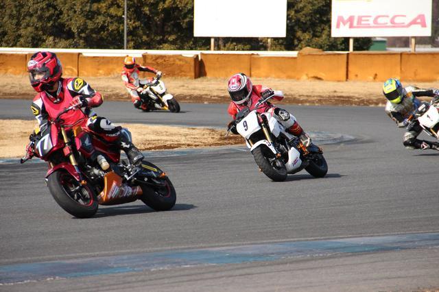 画像: ゼッケン9が「MINQ」の私。前を走ってるゼッケン77は「オートバイ女子部」のさおちゃんです(^^)