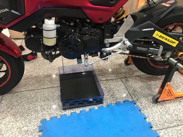 """画像3: """"オートバイ女子部グロム""""のエンジンオイル交換担当、梅本まどかです!"""