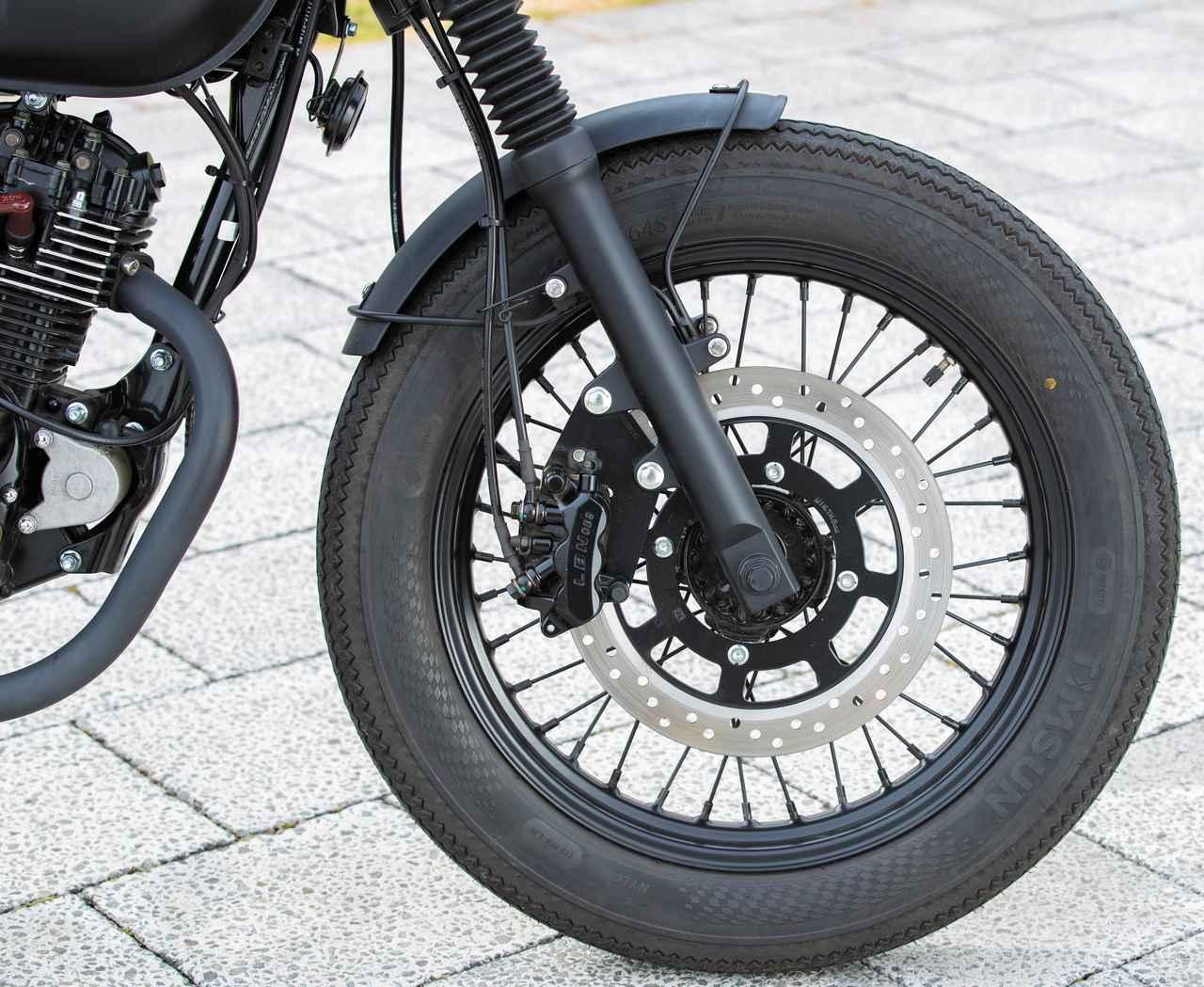 画像: タイヤサイズは4.00-18で共通だが、モングレルはオンロードタイプ、RS13はブロックタイヤを履く。ブレーキは前後連動。