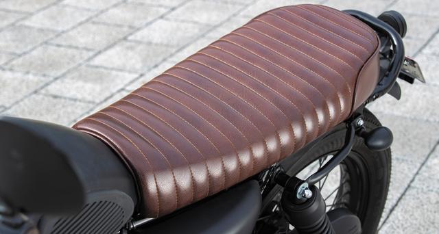 画像: シートは低扁平のブラウンシートでタックロール入り。クラシックなスタイルによく似合う。テールランプやウインカーはLED。