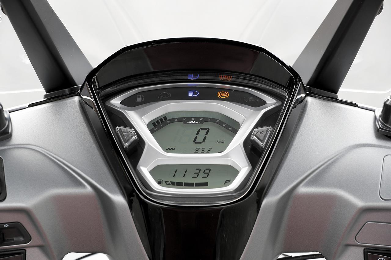 画像: 上下2段デザインのメーターは液晶デジタル。バーグラフ式タコメーターや電圧計、USB使用表示など機能も多彩。