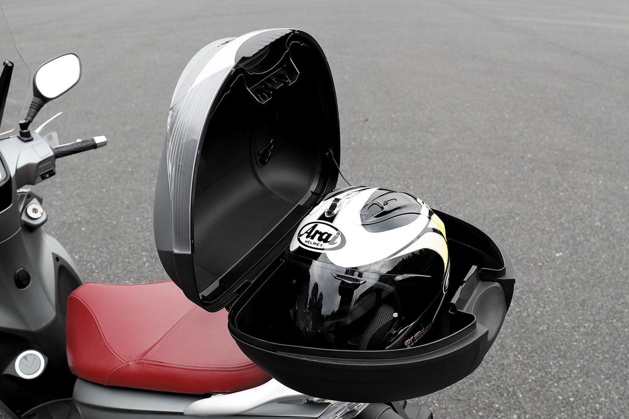 画像: リアボックスは、イグニッションキーで開閉できる。こちらにもヘルメットが収納可能で、積載能力の高さは大きな魅力のひとつ。
