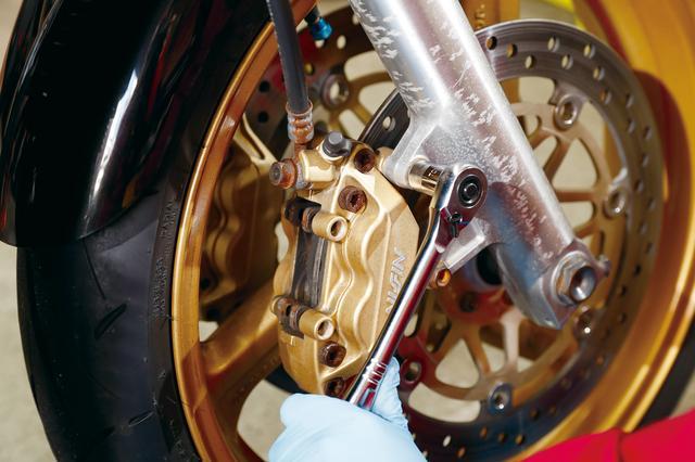 画像: モデル車のパッドピンはボルト式だが、棒型のピン先端に開いている穴に割ピンやβピンを入れて抜け止めにするタイプも多い。その場合は割ピンまたはβピンを毎回新品に交換すること。10円単位の安い物なのでケチらないように。