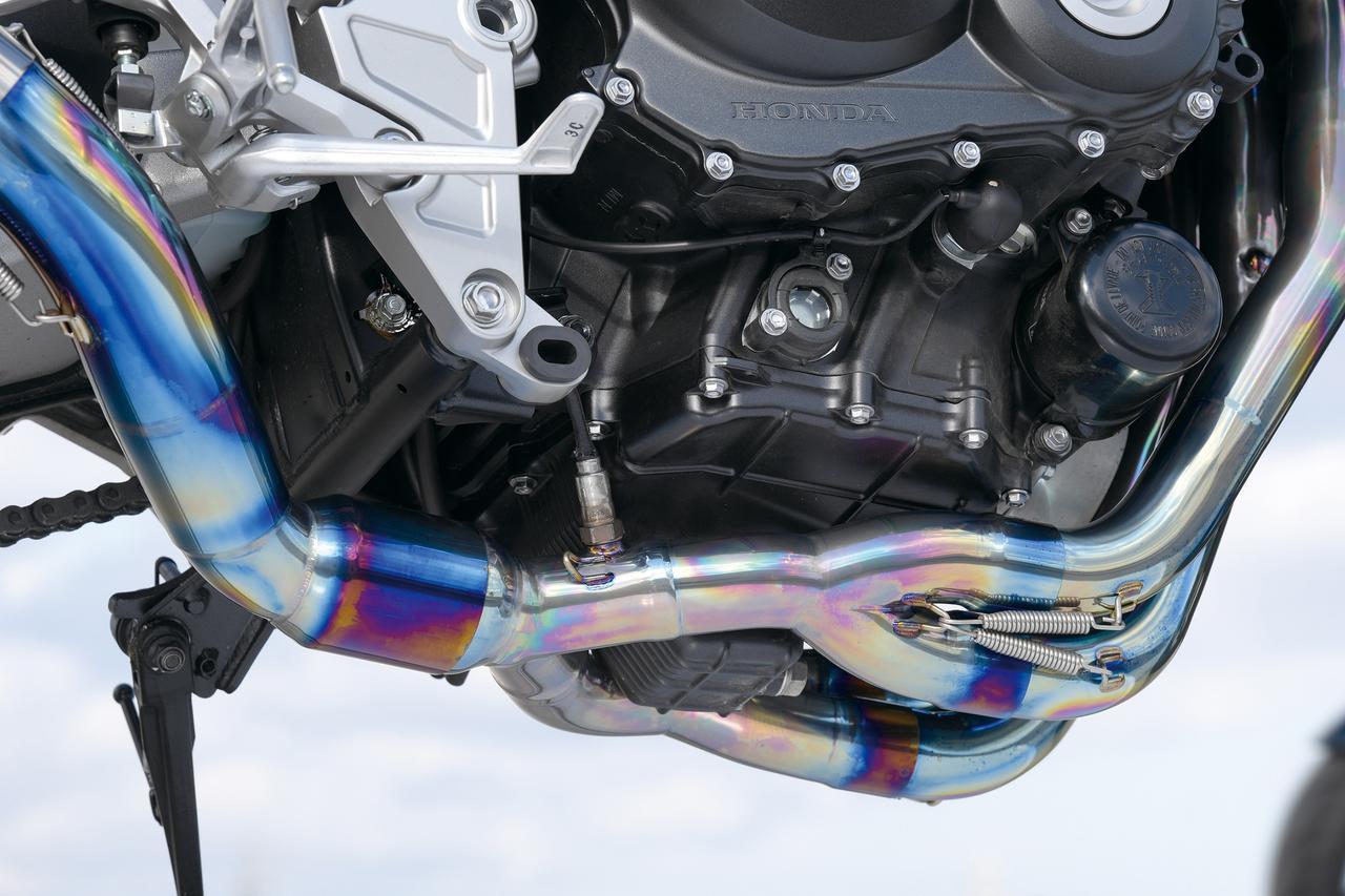 Images : 2番目の画像 - 「新世代CBの魅力を底上するチタンのフルエキ!『WYVERN RealSpec リアルスペック・フルエキゾースト』#GEARS TEST」のアルバム - webオートバイ