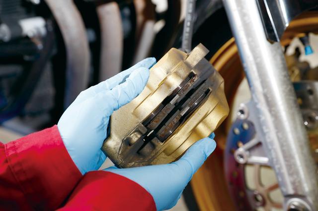 画像: CB400SFのフロントブレーキキャリパーは対向4POTタイプ。パッド交換のついでにキャリパーピストンの汚れを落とすとタッチが良くなる。