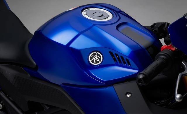 画像: 2 乗りやすさとサーキットでの扱いやすさを両立した新デザインの燃料タンク&タンクカバー