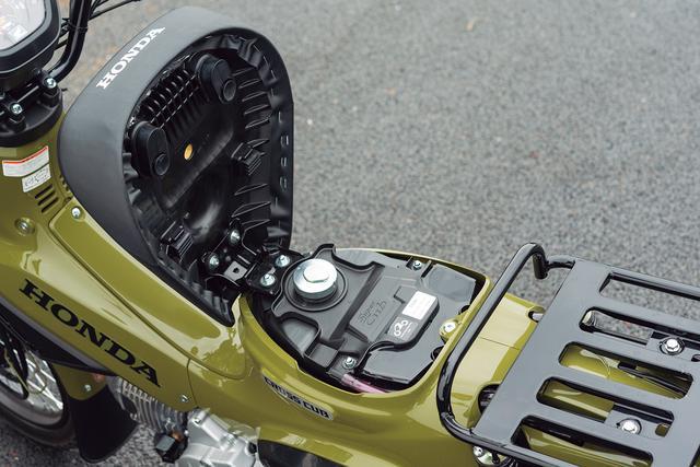 画像: 吸盤式で持ち上がるシート下にキーロック付きキャップの給油口があらわれる。ガソリン残量計はメーター内に設置された。