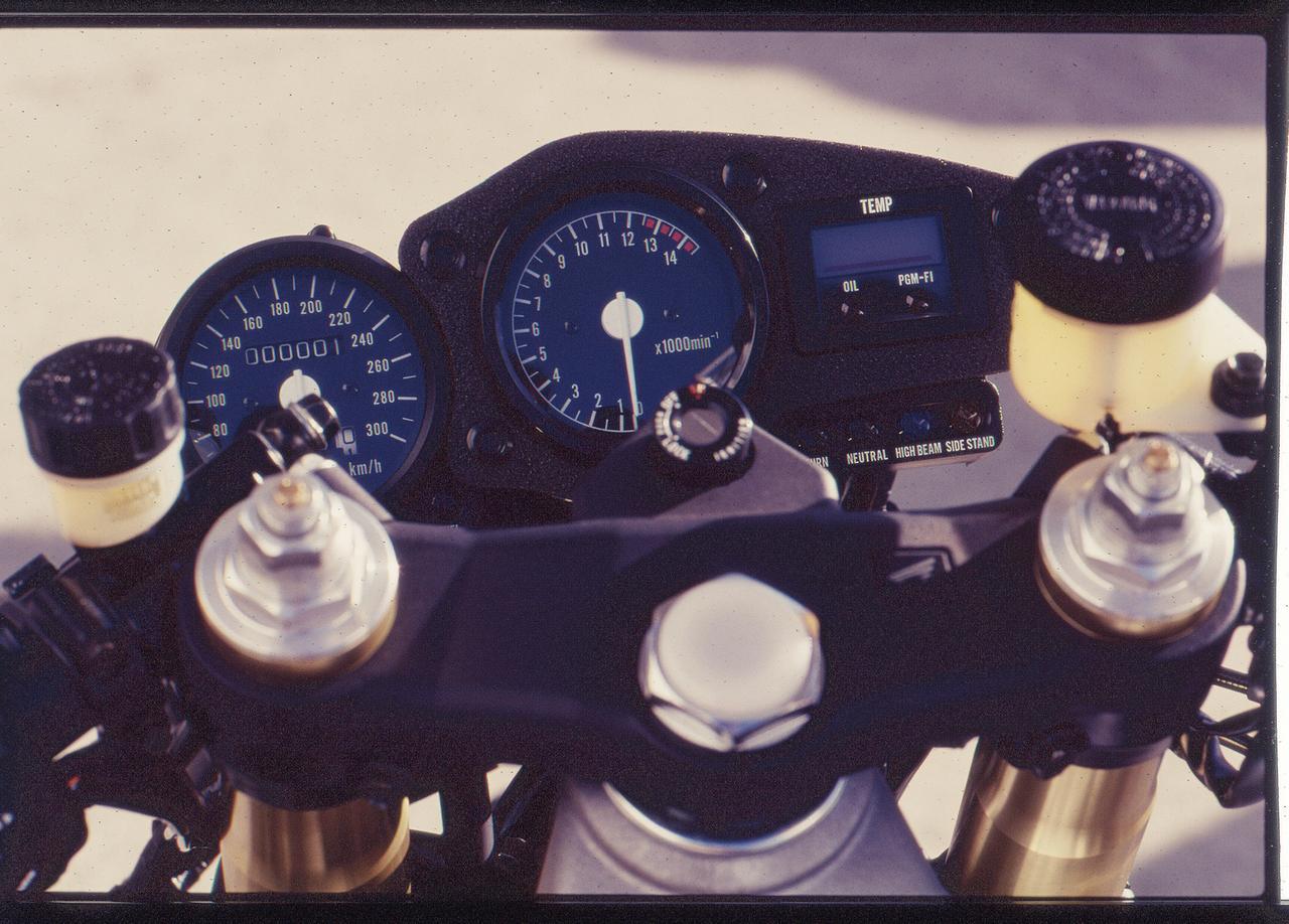 Images : 5番目の画像 - 「ワークスマシンの名を与えられた特別な1台!『HONDA RVF/RC45』【名車図鑑】」のアルバム - LAWRENCE - Motorcycle x Cars + α = Your Life.