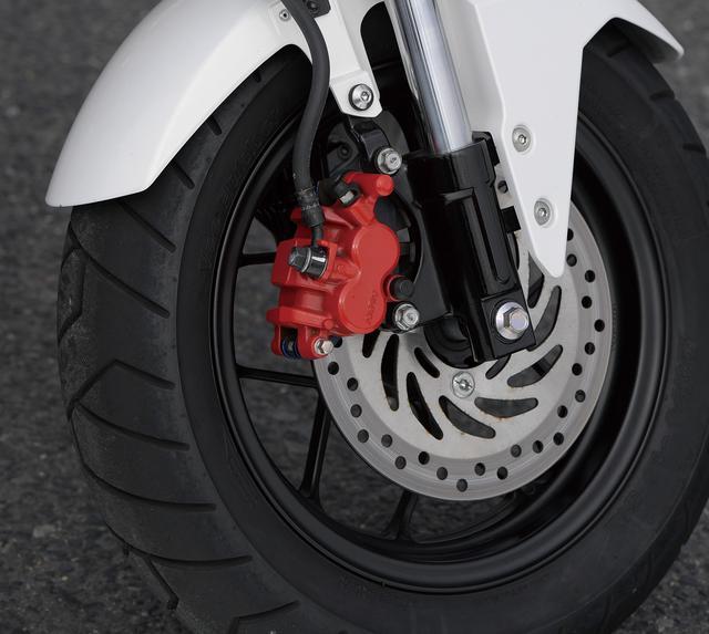 画像: 31㎜倒立フォークにY字スポークホイール、極太の12インチタイヤの組み合わせで、安定感を確保しつつスポーティな走りにも対応。