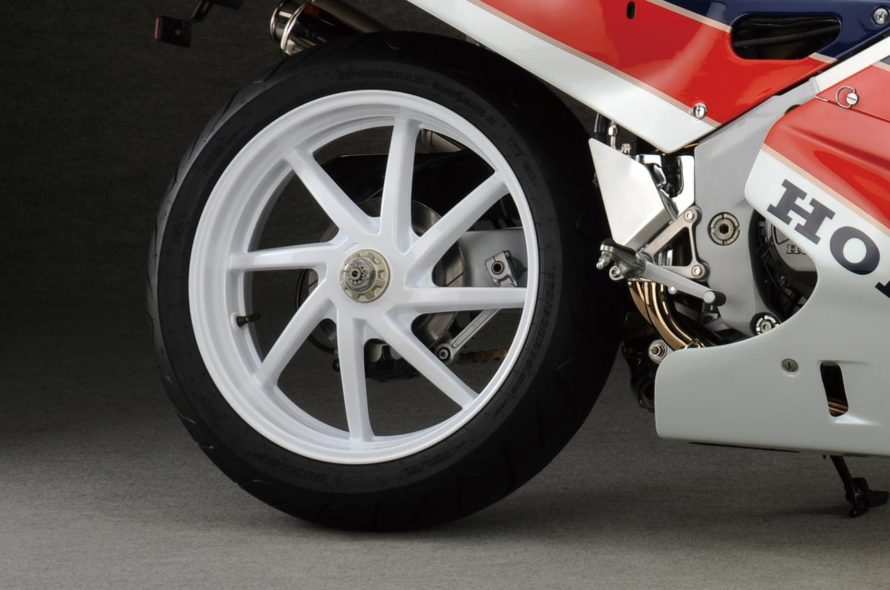 Images : 2番目の画像 - 「限りなくワークスレーサーに近い公道モデルの誕生『HONDA VFR750R [RC30]』【名車図鑑】」のアルバム - webオートバイ