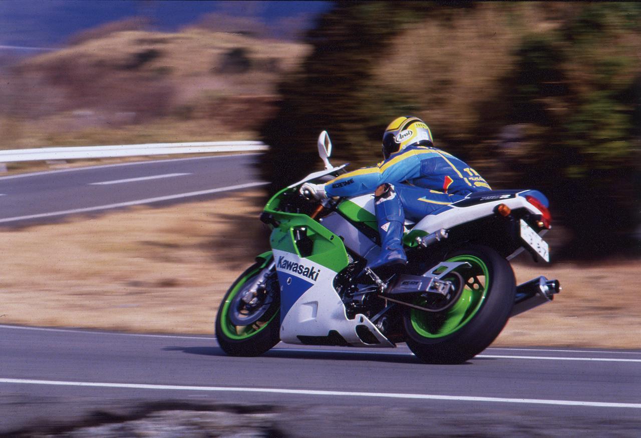 Images : 1番目の画像 - 「サーキットの血が脈打つスーパーウエポン『KAWASAKI ZXR750R』【名車図鑑】」のアルバム - webオートバイ