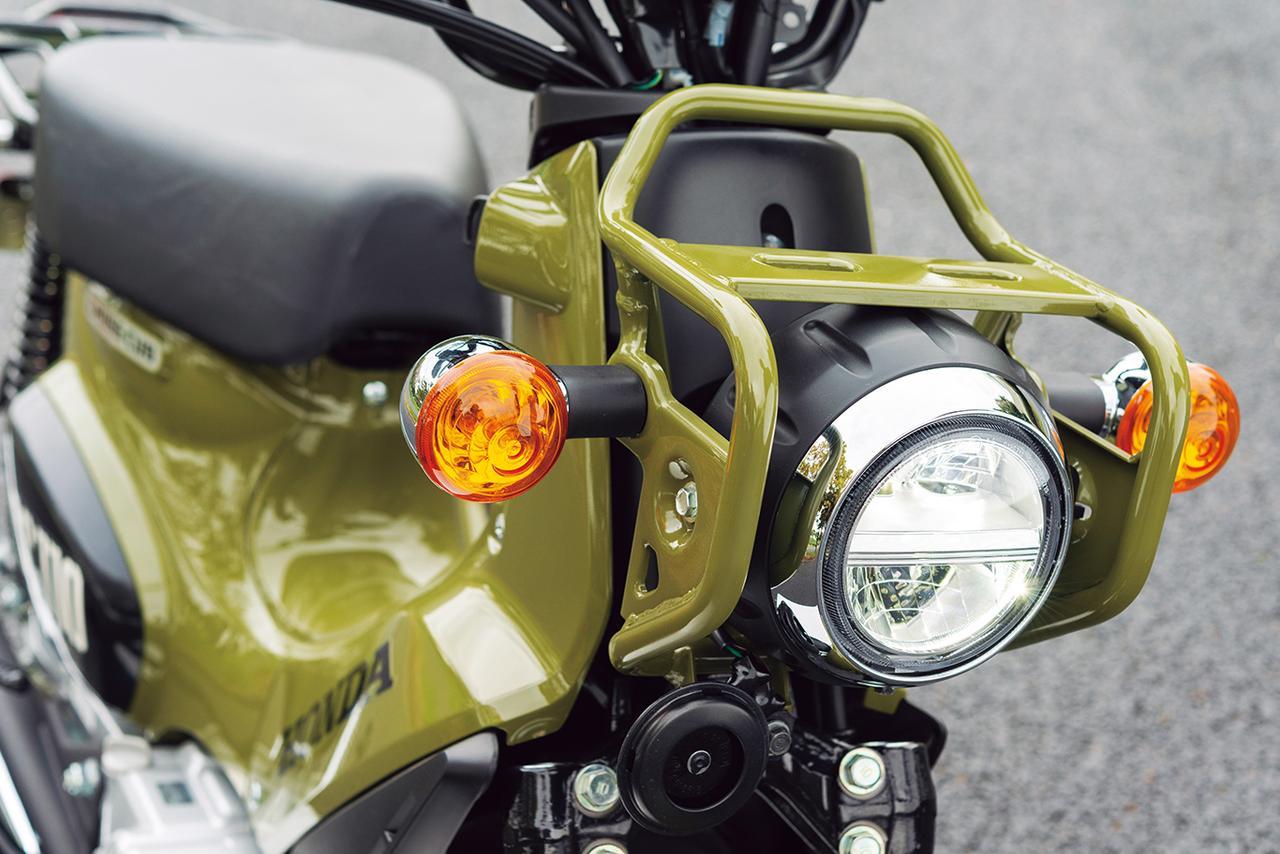 画像: 丸ヘッドライトを囲むようにデザインされたライトガード。荷かけフックは装備されていないが、長尺ものを積みたい場所だ。