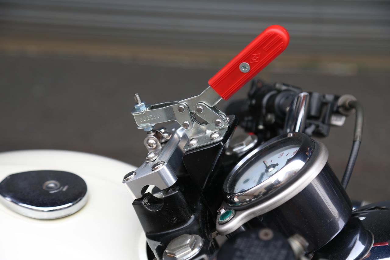 画像: セパレートハンドル以外のバーハンドルは、このワンオフ固定機を使うことで、あっという間に交換可能!