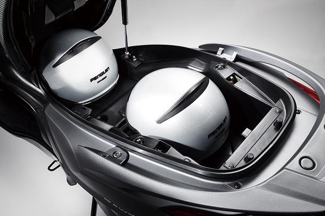 画像: シート下トランクもクラスを超えた大きなもの。ヘルメットを2個収容可能で、開口部もスクエアなので、荷物の出し入れがしやすい。