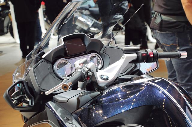 画像: アナログ表示のスピードメーターとタコメーターの間に多機能液晶パネルを備え、さらに上部には大型のカラー液晶パネルを装備し、ツーリングに必要な多彩な情報を表示することができる。