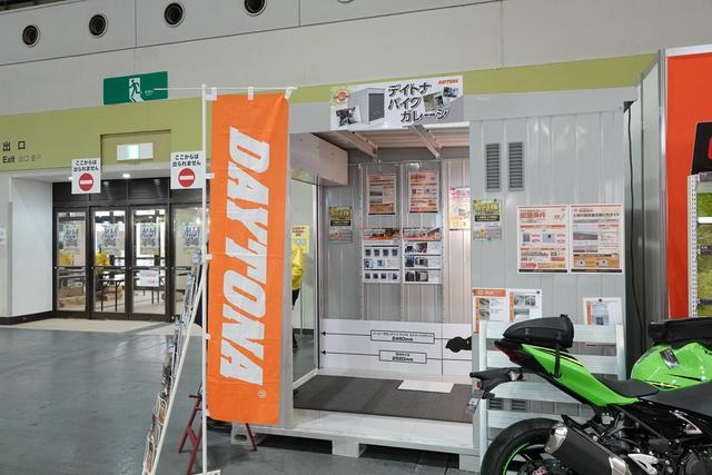 画像: そして、バイク用ガレージの展示もあります。
