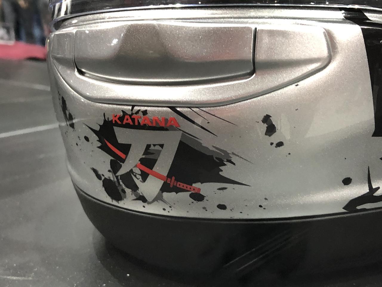 画像3: 頭頂部には日本刀!