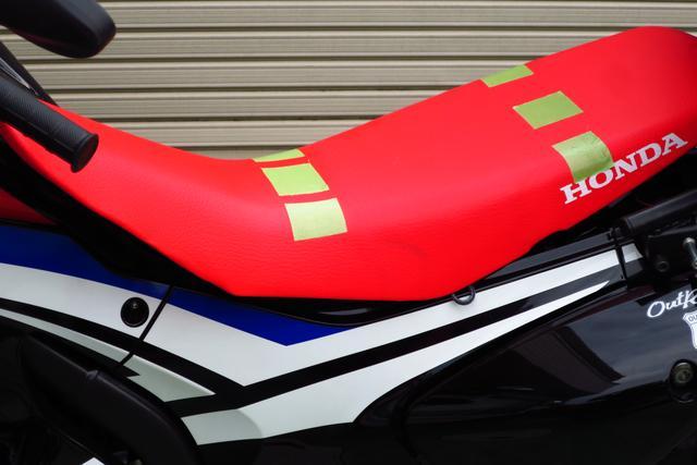 画像: 「バイクザシートinside」をシートのどこに埋め込んでもらうか、まずは自分の着座位置に印をつけておく。シート表皮はそのまま流用するので、油性マジックなどは使わず、養生テープを貼るのがいいだろう。